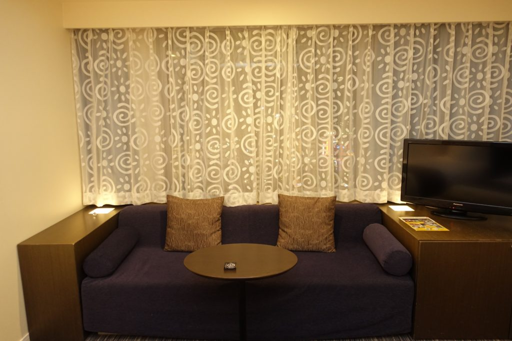 ホテルユニバーサルポートのソファとベッド