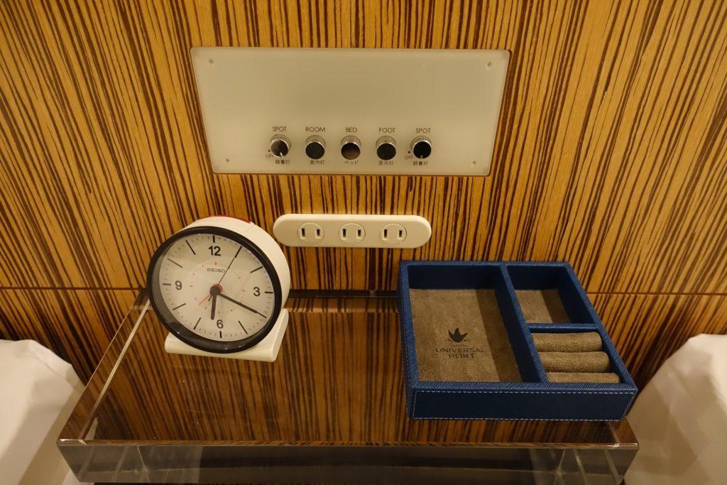 ベッドサイドの目覚まし時計、電源