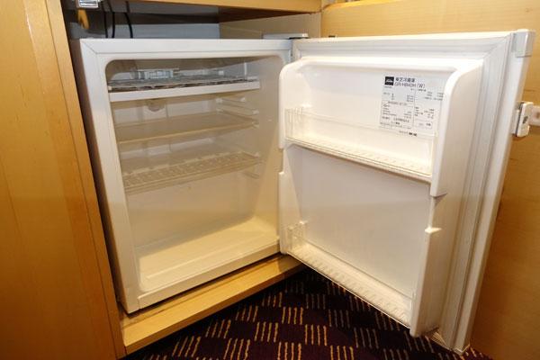 テレビボードの下の冷蔵庫