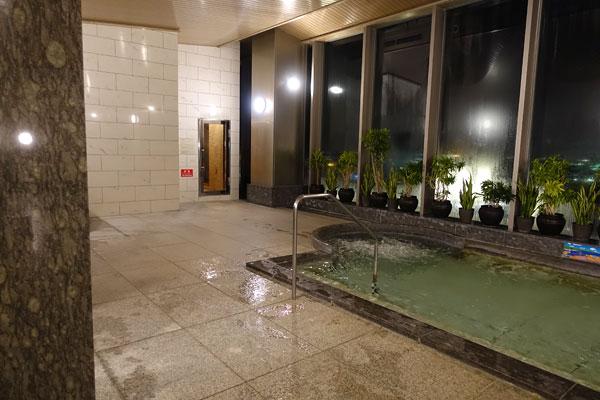 左側の浴槽