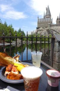 ホグワーツ城を見ながら三本の箒のテラス席でバタービールを飲む