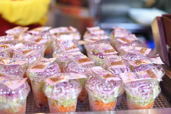 ハピネスカフェのカップサラダ