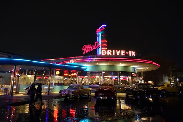 夜のメルズ・ドライブイン