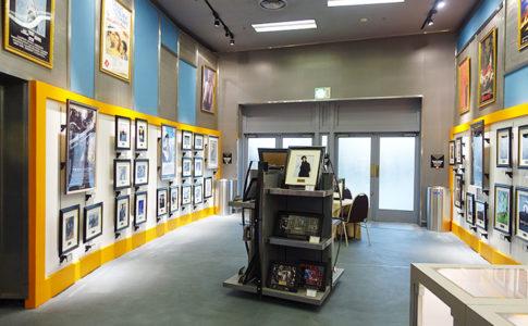USJ「シネマギャラリー」はハリウッドスターのサイン入り写真や映画フイルムセルがフレーム販売されている