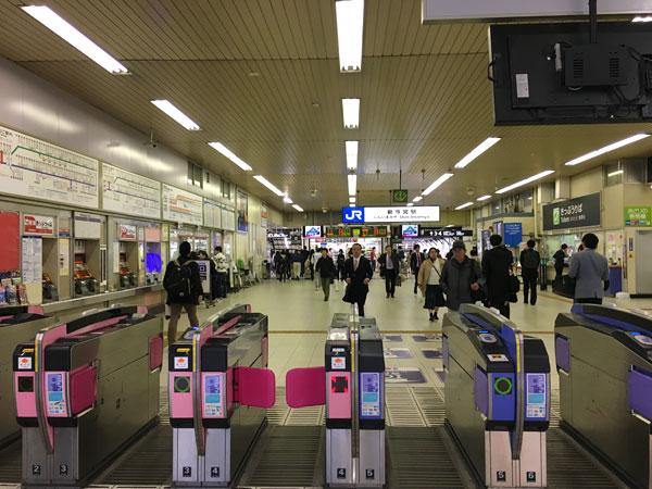 南海新今宮駅改札を出る手前、向こうに見えてるのがJR新今宮駅の改札