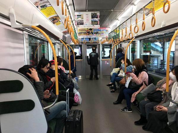 大阪環状線の普通電車の車内