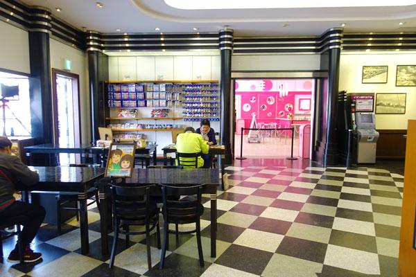 店内はピンクカフェやハローキティデザインスタジオとつながっている