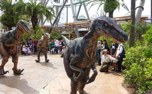 USJのダイナソーワンダーエクスペリエンスでは恐竜たちに遭遇するショー