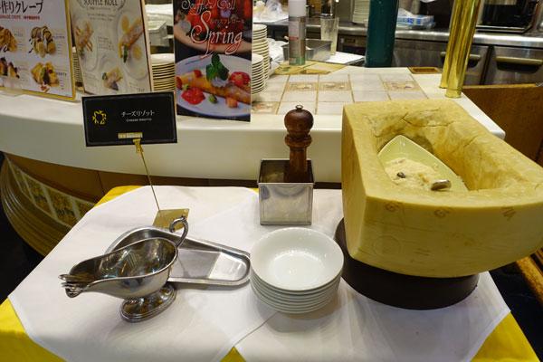 台に置かれたチーズリゾット