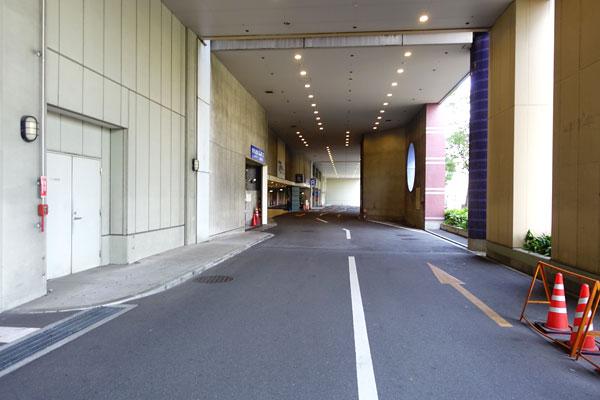 奥にホテル近鉄ユバーサルシティの駐車場