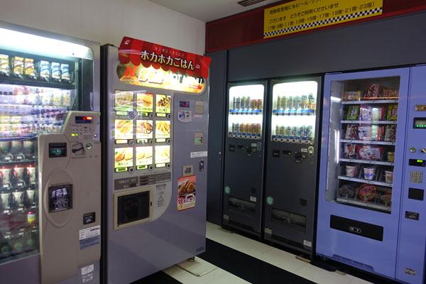 あたたかいフード、アルコール、お菓子、カップラーメン等の自販機