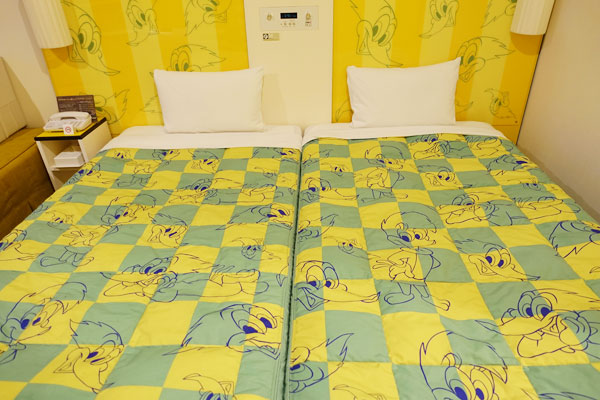 ベッドもベッドボードもすべてウッディー