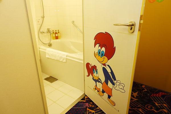 バスルームのドアにもウッディー
