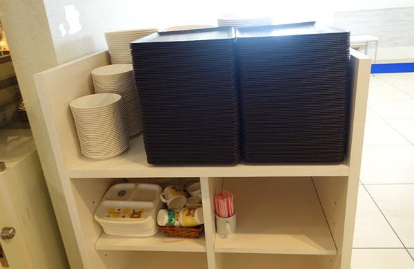 お盆と子ども用の食器