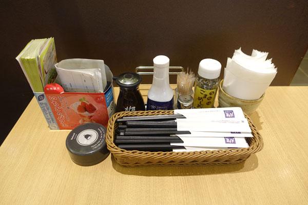 各テーブルのお箸や調味料