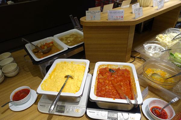 チキンとカボチャのトマト煮やスクランブルエッグ