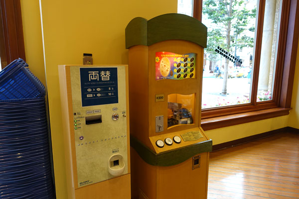 スーベニアメダリオンの機械のそばに両替機