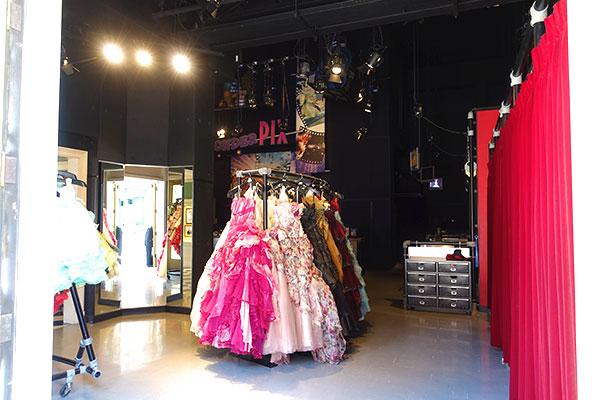 ドレスやタキシードに着替えて記念撮影ができるワンダーピックス