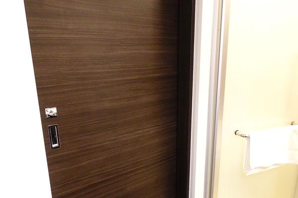 トレイのドア