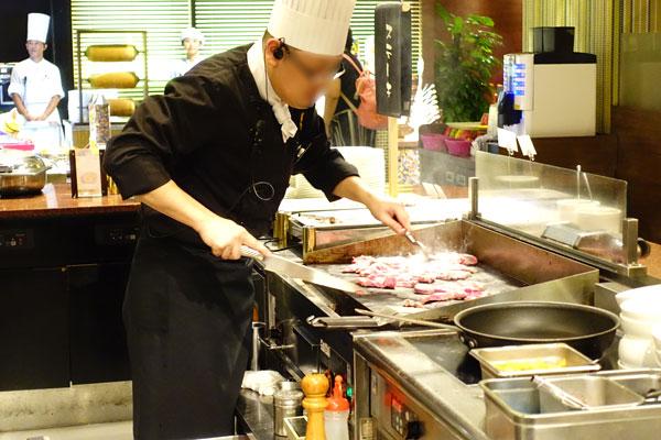 ステーキを調理するシェフ