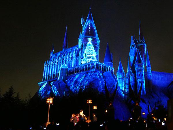 ホグワーツ城がクリスマスに染まるナイトショー