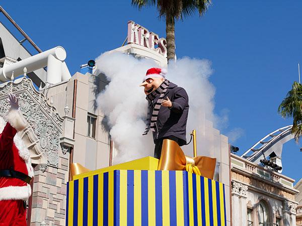 USJのクリスマスパレードには怪盗グルーも登場