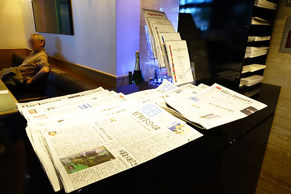 新聞主要紙が置いてある