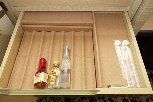 引き出しの中のお酒とマドラー