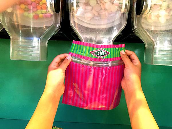 USJのお菓子の詰め放題をしているところ