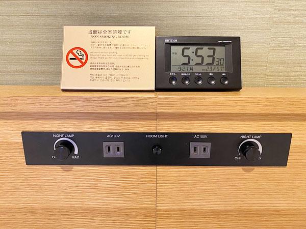 【USJシンギュラリホテル】ベッドボードのコンセントと目覚まし時計