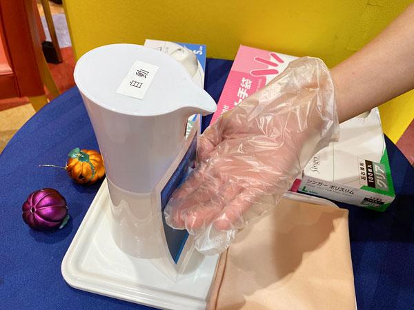 アルコール消毒液を毎回ビニール手袋につける
