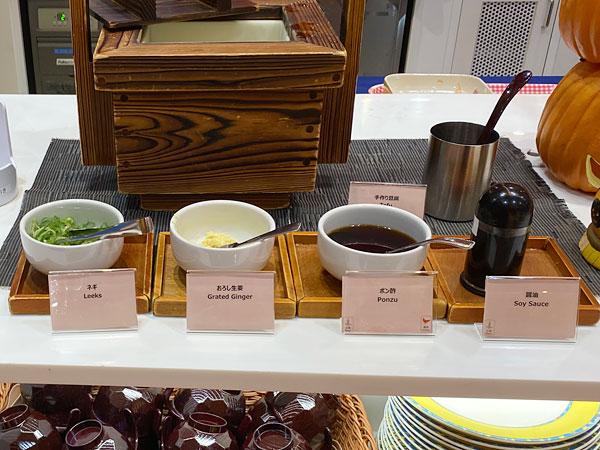 豆腐用の醤油、ポン酢、おろし生姜、ネギ
