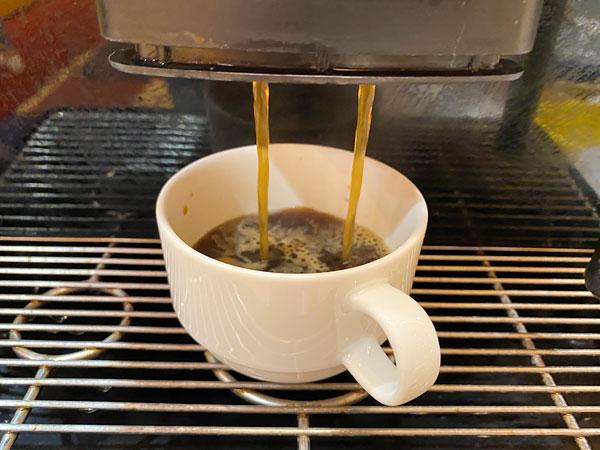 抽出されるコーヒー