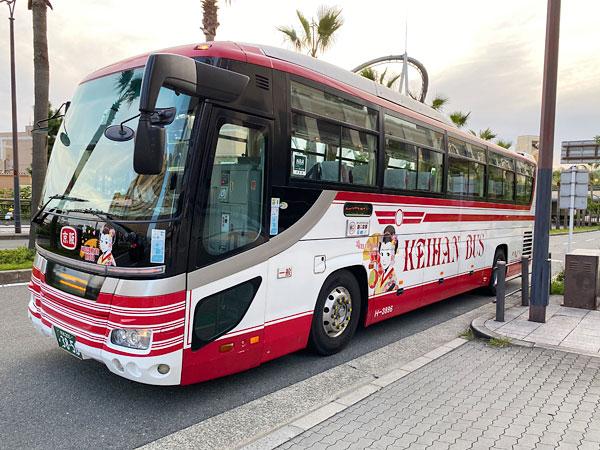 ホテル京阪ユニバーサルタワーの前に停車したバス