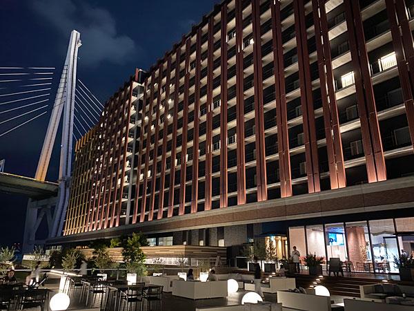 夜のリーベルホテルとテラス席