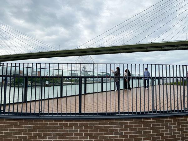 リーベルホテルのテラスから撮影している人たち
