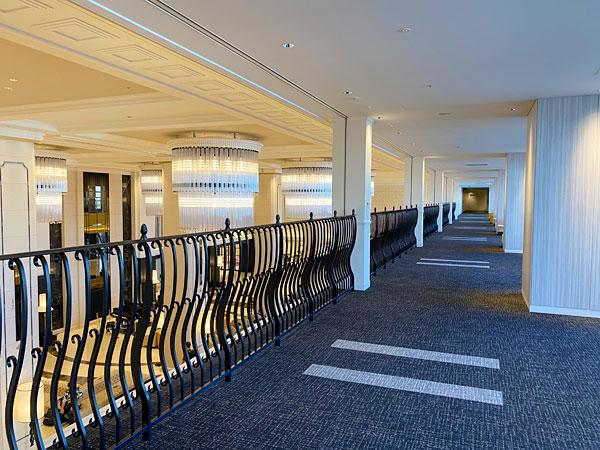 リーベルホテルの2階廊下とロビーの吹き抜け