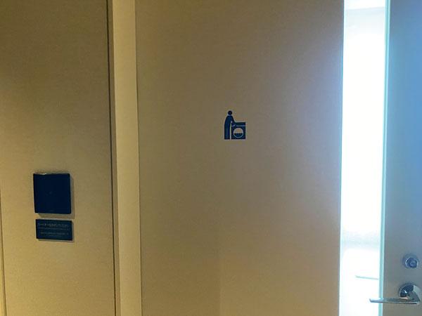 コインランドリーのドア(リーベルホテル)