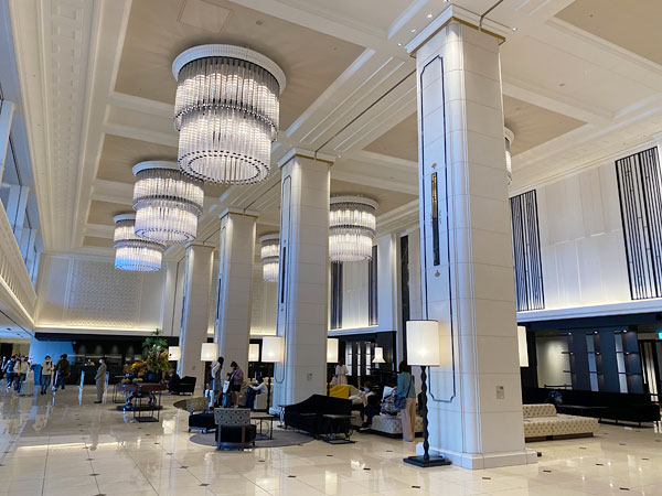 天井の高いリーベルホテルのロビーエリア
