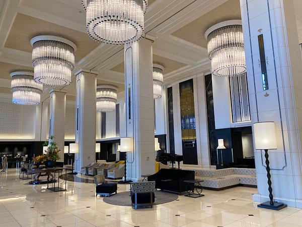 リーベルホテルの驚く広さと豪華を兼ね揃えたロビー