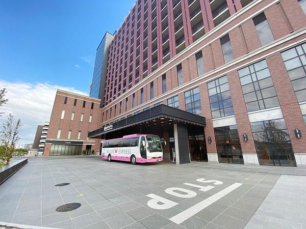 リーベルホテルの正面にとまったバス