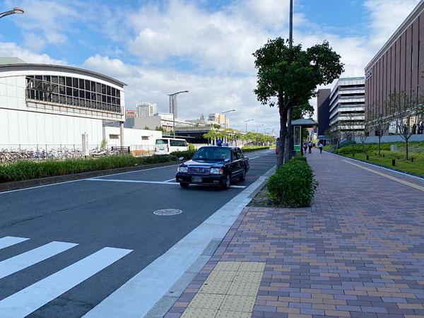 リーベルホテル前の道路に停車しているタクシー