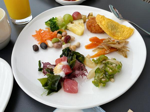 リーベルホテルの朝食を皿に盛り付けたところ
