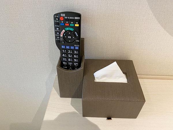 リーベルホテルのテレビリモコンとティッシュボックス