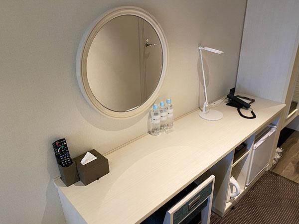 リーベルホテルの壁掛け鏡とテーブル