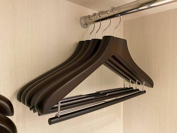 リーベルホテルの部屋に用意されているズボンバー付きのハンガー