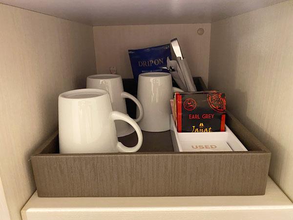【リーベルホテルの部屋】デスクの収納部分に置いてあるカップやコーヒー類
