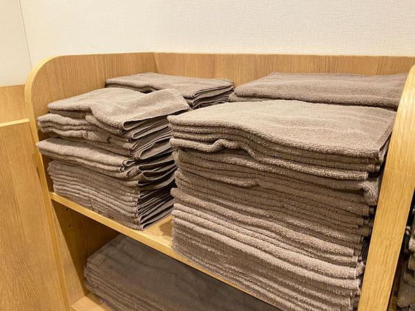 リーベルホテル「リバーサイドスパ」の脱衣所に置かれたバスタオルとフェイスタオル