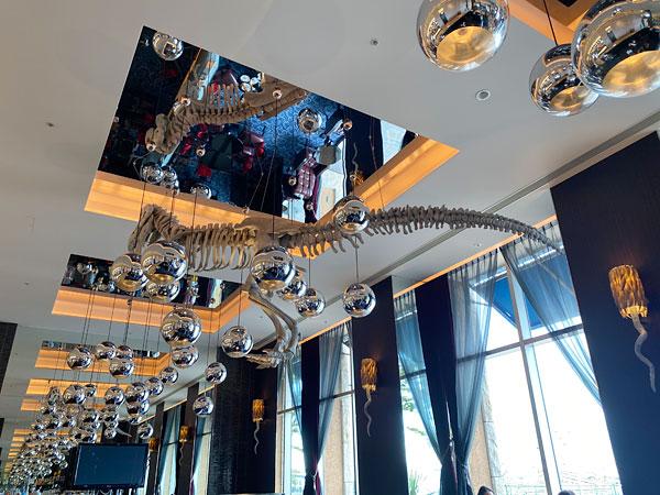 ラウンジRの天井からぶらさがっている恐竜