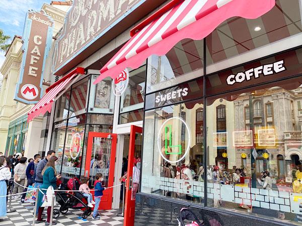 店の外に行列ができていたマリオカフェ